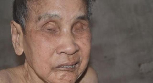 82 tuổi thì 70 năm cụ sống trong bóng tối...