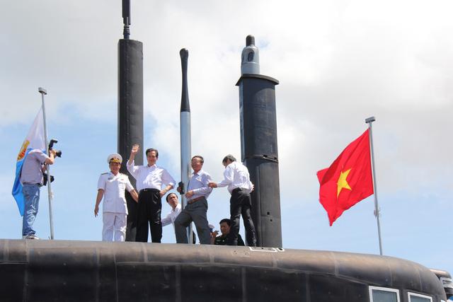 Thủ tướng Nguyễn Tấn Dũng trên đài chỉ huy tàu ngầm Kilo 636 HQ-183 TP Hồ Chí Minh sau khi cờ Tổ quốc được kéo lên, tung bay. Ảnh: Tuổi Trẻ