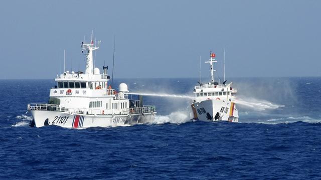 Tàu Trung Quốc hung hăng phun vòi rồng vào tàu Việt Nam. Ảnh: Tuổi trẻ