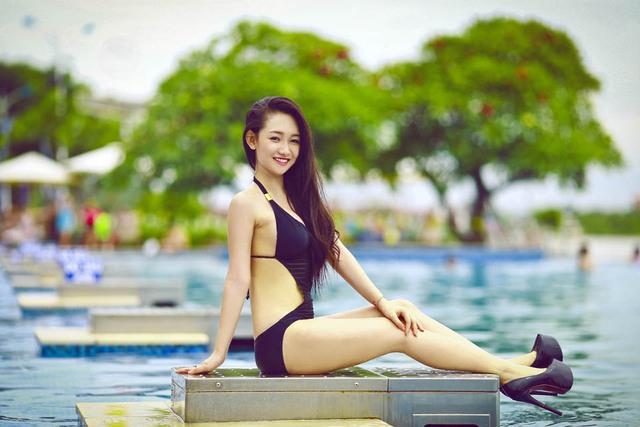 Hot girl bán báo 17 tuổi nóng bỏng với bikini