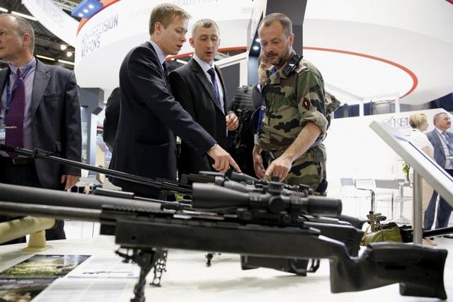 Các quân nhân được giới thiệu về các sản phẩm súng trưởng sản xuất bởi tập đoàn KBP của Nga.