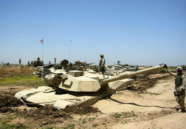 """Nền đất pha cát khô ráo cũng là """"cái bẫy"""" làm xe M1A1 Abrams bị sa lún sâu đến nóc thân xe"""