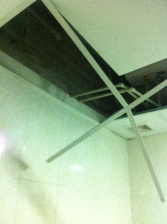 Trần nhà tắm bị gió thổi sập.Ảnh do người dân cung cấp.