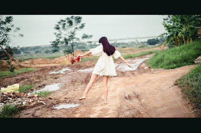 Nó lại cười nhưng ngượng ngùng rồi chạy vút đi như muốn đuổi theo cùng chị gió.