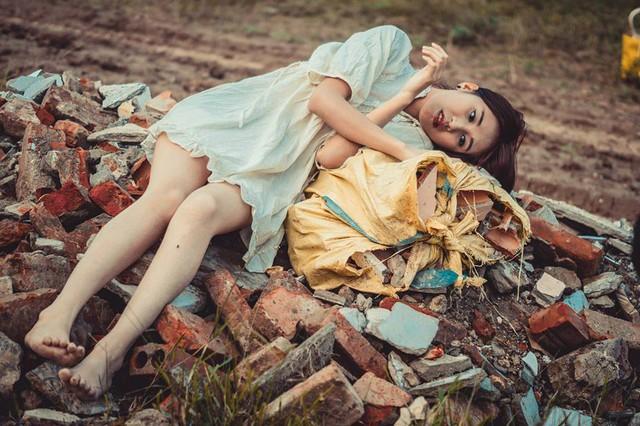 Cô gái sinh năm 1995 (Bắc Giang) đã khắc họa rất rõ nét hình ảnh một thiếu nữ cô độc, sống lang thang ngoài bãi rác.