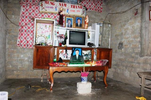 Bàn thờ được tạm kê trong gian nhà nhỏ trống hoác không có vật dụng gì đáng giá ngoài chiếc tivi đã cũ kĩ.