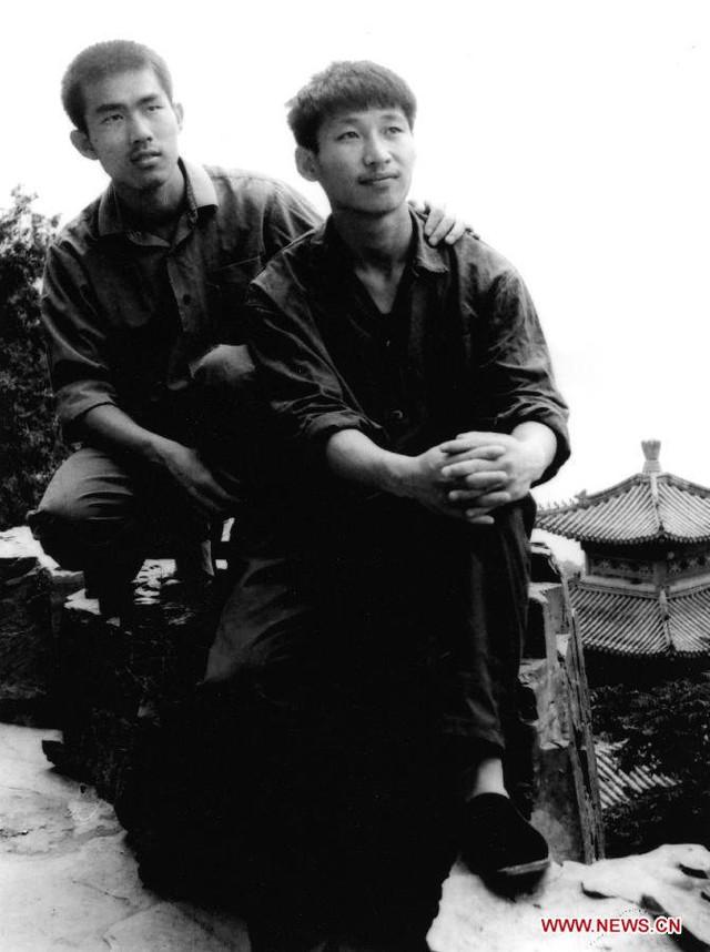 Ông Tập (phải) năm 1977, khi ông theo học tại Đại học Thanh Hoa ở Bắc Kinh. Ảnh: Xinhua