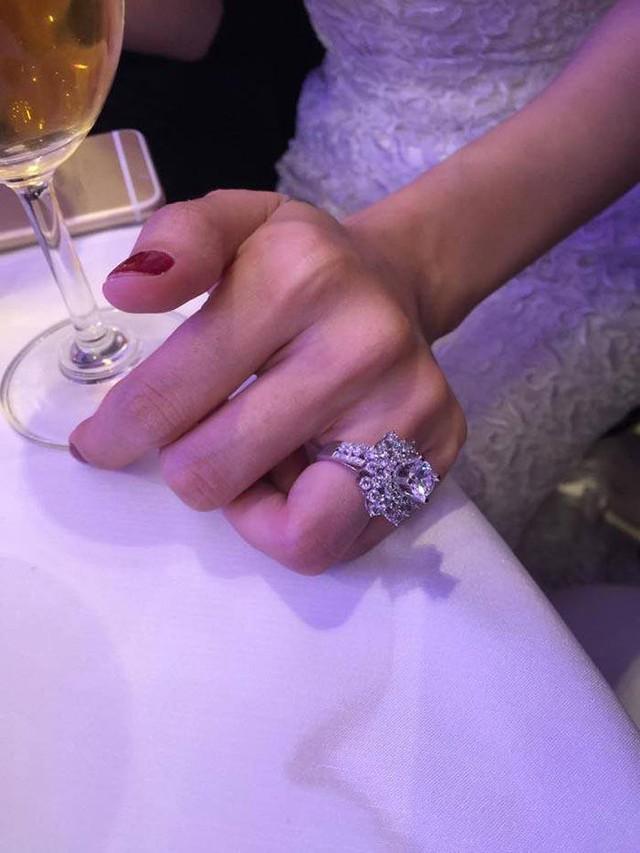 Cận cảnh chiếc nhẫn cưới khủng của Thủy Tiên.