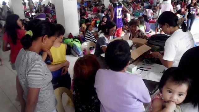 Người dân được sơ tán tới một trung tâm tránh bão ở thành phố Legazpi.