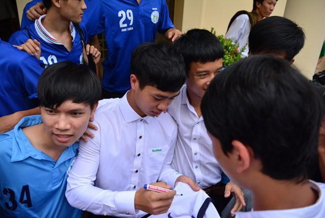 Công Phượng ký tặng người hâm mộ trong Lễ khai giảng