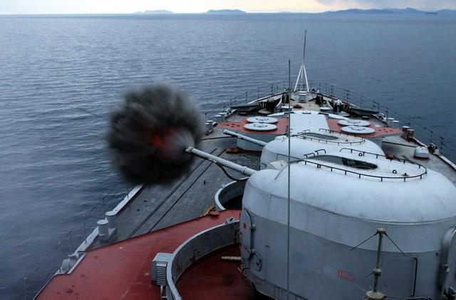 Bên cạnh đó tàu còn được trang bị 2 pháo AK-100 cỡ 100mm, 2 bệ 4 ống phóng ngư lôi 533mm Type 53, 2 bệ phóng rocket chống ngầm RBU-6000, 2 hệ thống CIWS Kashtan và 8 ống phóng thẳng đứng dùng để bắn tên lửa phòng không tầm ngắn SA-N-9