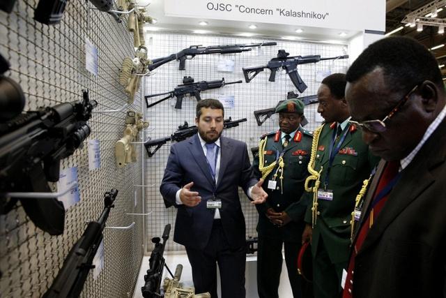 Một đại diện của tập đoàn Kalashnikov (Nga) giới thiệu sản phẩm cho các quan chức quâ sự Tanzania.