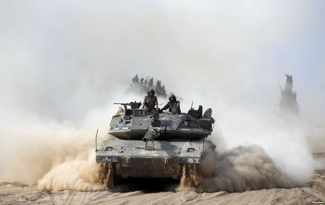 Các binh sĩ Israel trên một chiếc xe tăng tham gia chiến dịch tấn công các phần tử Hồi giáo có vũ trang ở miền nam Dải Gaza.