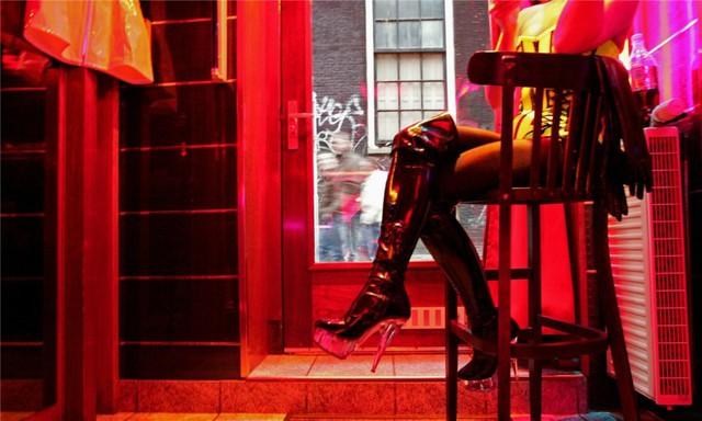 Có những loại gái mại dâm cao cấp hơn, gọi là vũ nữ. Họ hoạt động trong các khách sạn hoặc nhà hàng và có thu nhập cao hơn, đôi khi là 200 USD/ngày. Trung bình là 50 USD/ngày