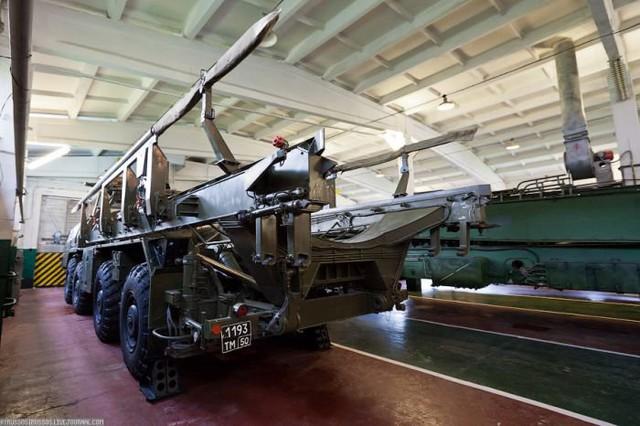 Các loại xe phục vụ công tác lắp đặt tên lửa vào hầm phóng.