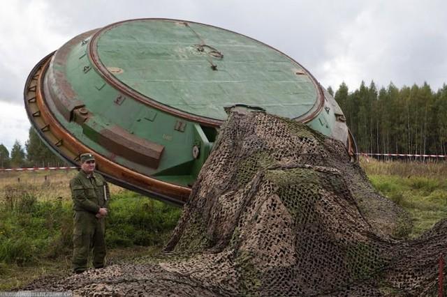 Phần nắp bảo vệ của hầm phóng có khối lượng lên đến 150kg có thể chống được 1 vụ tấn công bằng hạt nhân. Tuy có khối lượng lớn nhưng nó có thể mở ra hoàn toàn trong vòng vài giây.