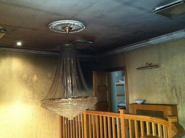 Bức ảnh này cho thấy thiệt hại cho trần nhà và các bức tường bên trong ngôi nhà cũ Balotelli, mà lây lan từ phòng tắm để hành lang