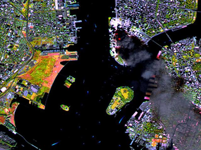 Hình ảnh Manhattan qua vệ tinh SPOT chụp lúc 11h55 (giờ Mỹ), 3 tiếng sau khi 2 chiếc máy bay đâm vào Trung tâm thương mại thế giới. Các điểm đỏ quanh cột khói chính là những điểm cháy thực tế được quét bằng băng tần hồng ngoại.