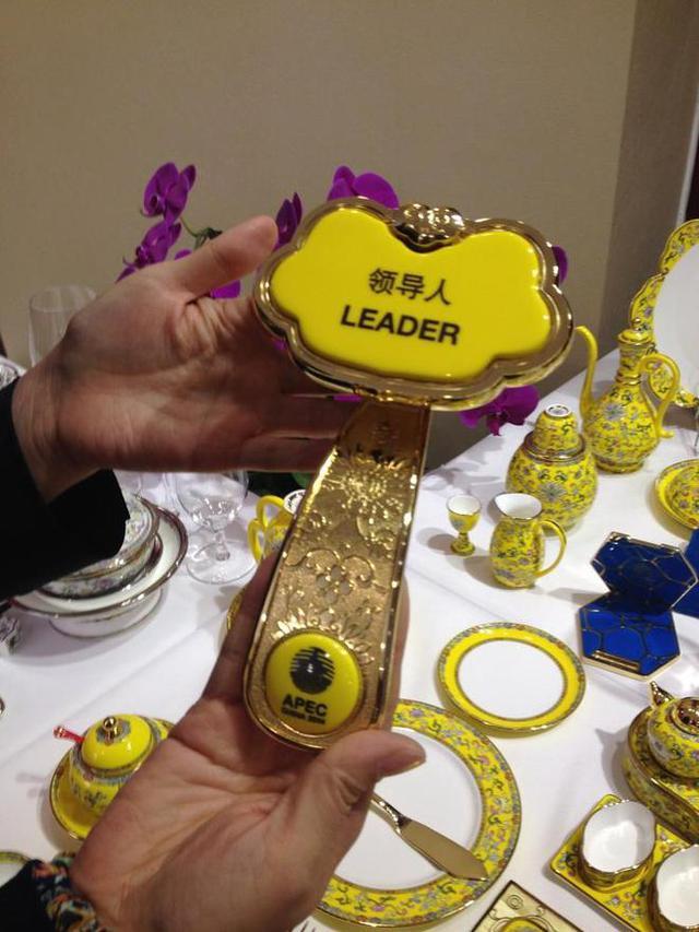 Bàn tiệc trong quốc yến được chia làm 2 loại: Bàn chính dànhđể thếtđãi các nguyên thủ quốc gia, dùng dao, dĩa bằng vàng, mỗi bộ gồm 68 chiếc. Còn bàn phụ dùng dao dĩa bạc - mỗi bộ gồm 63 chiếc, dành cho các nhà lãnh đạo từ cấp Bộ trưởng trở xuống.