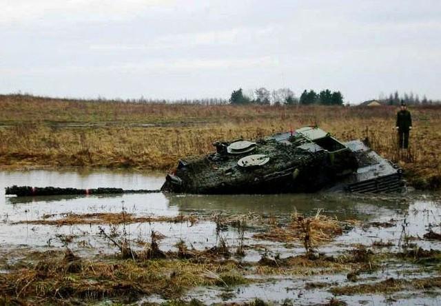 Leopard 2A5 của Đức sa lầy trên cánh đồng ngập nước
