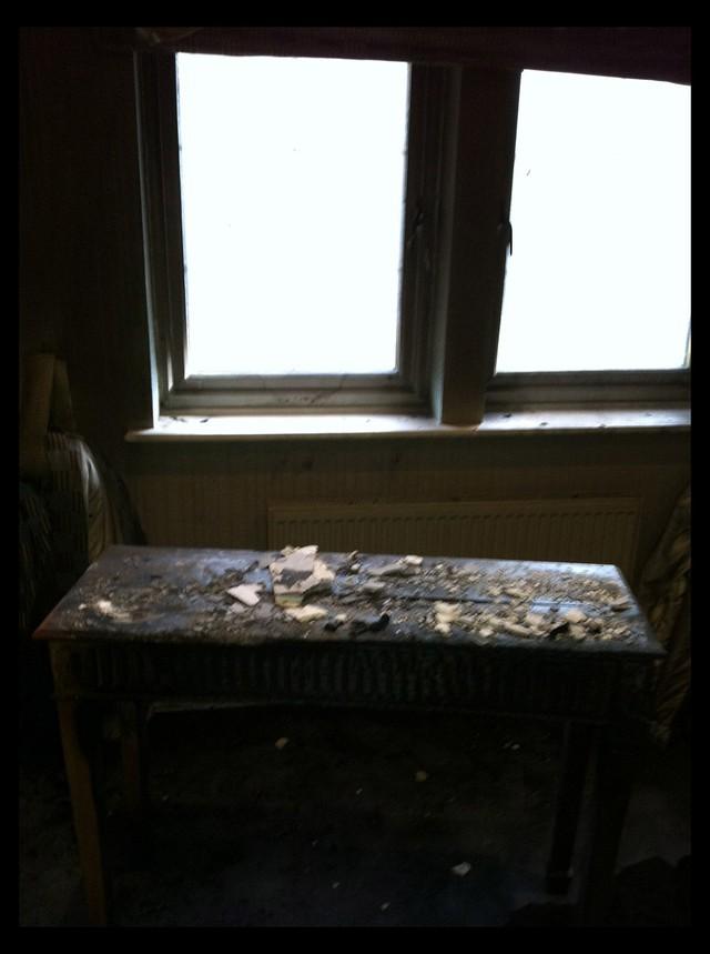 Các mảnh vỡ có thể được nhìn thấy trên bề mặt của nhà Balotelli.  Nhìn chung, £ 400,000 giá trị thiệt hại đã được thực hiện