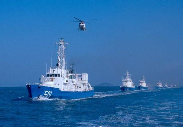 Biên đội tàu cảnh sát biển tuần tra cùng trực thăng