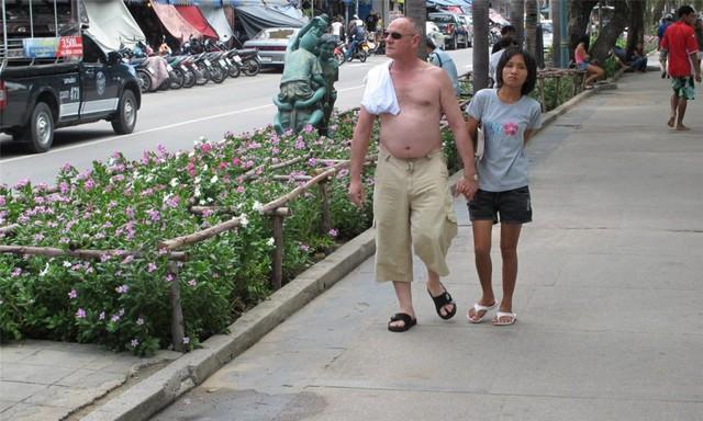 Các bố già thường trên 70 tuổi, tới chủ yếu từ châu Âu và Canada theo dạng du lịch