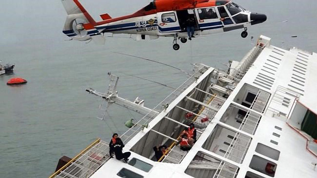 Trong thảm họa chìm phà Sewol, cảnh sát biển Hàn Quốc đã gây phẫn nộ vì những chậm trễ trong cứu hộ