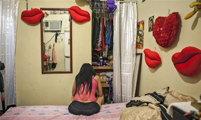 Ngoài sắc đẹp, các gái mại dâm Brazil còn cạnh tranh nhau xem ai là người có được bố già tốt hơn. Những gái mại dâm không có bố già thường xuyên phải vật lộn với việc tìm chỗ ở và miếng ăn