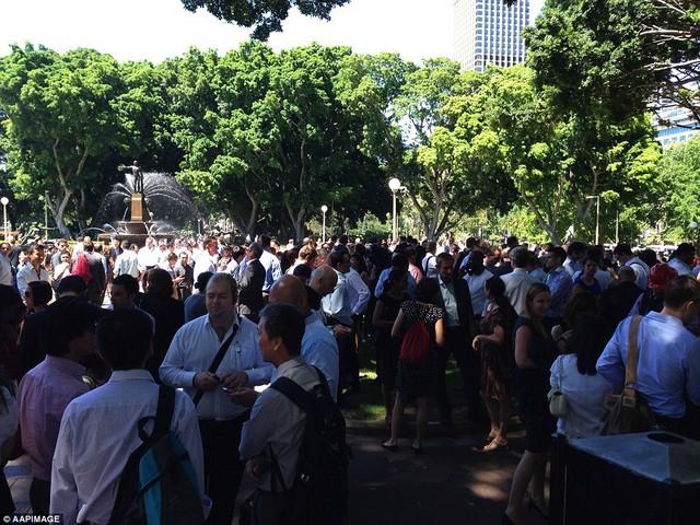 Cảnh sát tập trung người dân sơ tán tại Hyde Park, nơi đã được kiểm nghiệm là an toàn.