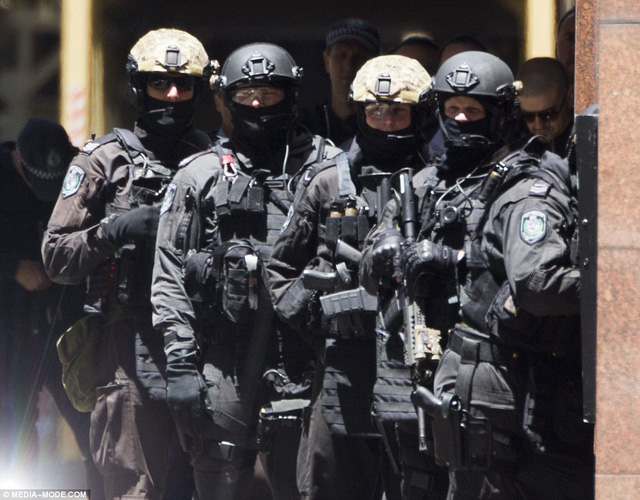 Lực lượng cảnh sát Australia cũng đã xuất hiện và bao vây bên ngoài quán cafe.