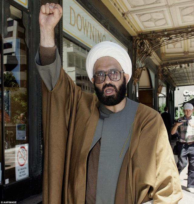 Man Haron Monis - còn gọi là Sheik Haron - được cảnh sát xác định là kẻ đang giữ 15 con tin bên trong quán cafe Lindt tại Sydney, Australia.