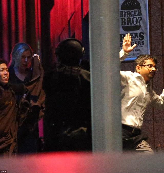 Hàng chục con tin thoát ra khỏi quán cafe Lindt sau hơn 16 tiếng bị bắt giữ.
