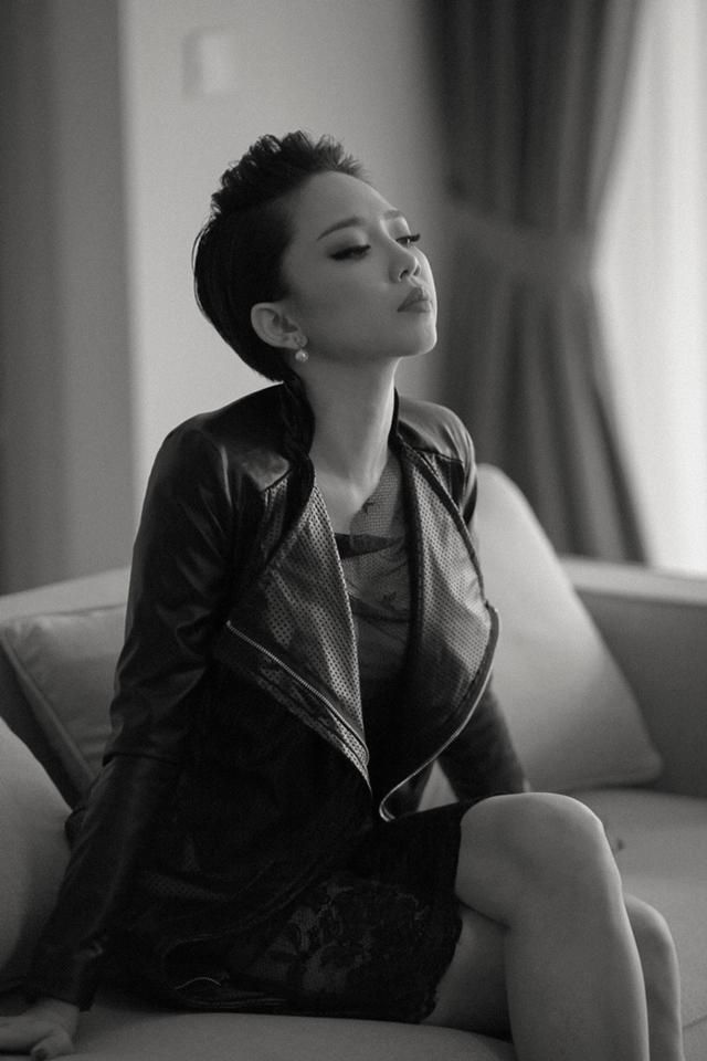 Đây là sản phẩm âm nhạc đầu tiên sau 5 năm cô qua Mỹ theo học ngành Y Khoa và hoạt động nghệ thuật với cộng đồng người Việt hải ngoại, Tóc Tiên chính thức có một MV được đầu tư lớn với một ekip chuyên nghiệp.
