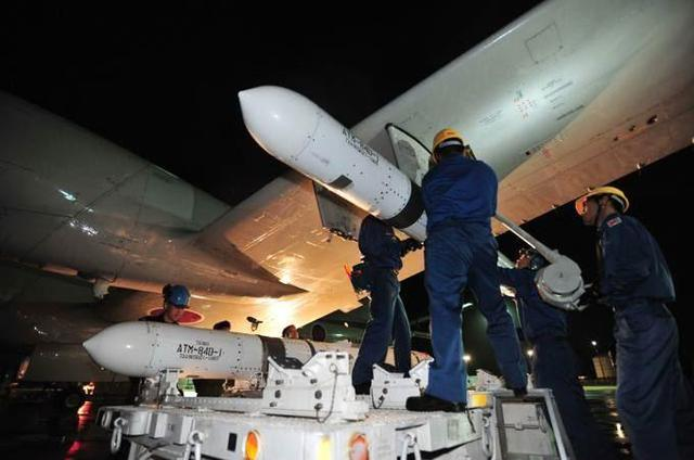 Phiên bản phóng từ máy bay là AGM-84 được đưa vào trang bị từ năm 1979. Hiện nay có nhiều phiên bản với tầm bắn khác nhau, trong đó phiên bản AGM-84F có tầm bắn lên đến 315km.
