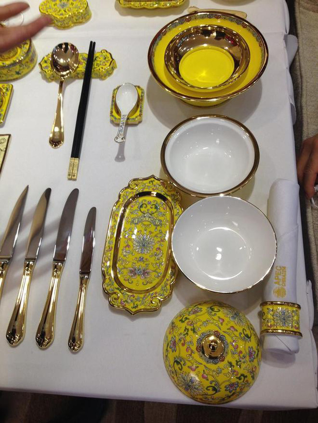 Các sản phẩm gốm sứ phục vụ cho yến tiệc APEC 2014 sử dụng vật liêụ sứ theo công nghệ Anh và được đặt làm riêng theo công nhệ hoạ pháp lang truyền thống của Trung Quốc. Các hoạt tiết trên bát đĩa được làm một cách tinh xảo, mô phỏng theo các hoạ tiết trang trí trong cung đình Trung Quốc xưa.