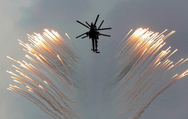 Máy bay trực thăng Nga biểu diễn phóng pháo sáng trên bầu trời thành phố Sevastopol, Crimea.