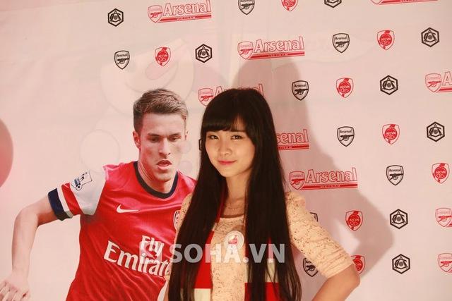 Nhật Lệ chụp hình cạnh ảnh thần tượng Ramsey