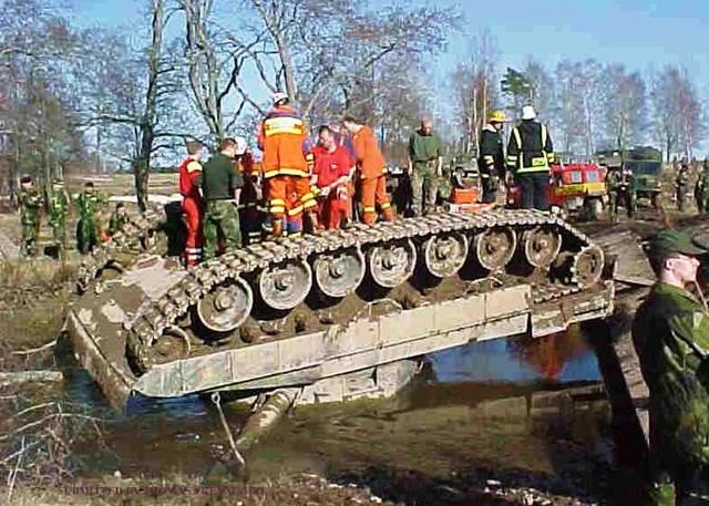 Leopard 2A4 bị lật ngửa bụng gây khó khăn lớn cho đội cứu kéo