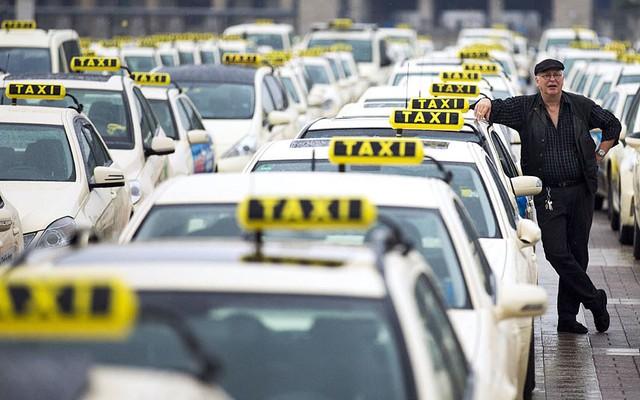 Các lái xe taxi tham gia biểu tình phải đối nạn taxi dù ở Berlin, Đức.