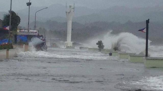 Thành phố Baybay bị ngập lụt cục bộ do sóng biển vượt qua để chắn.