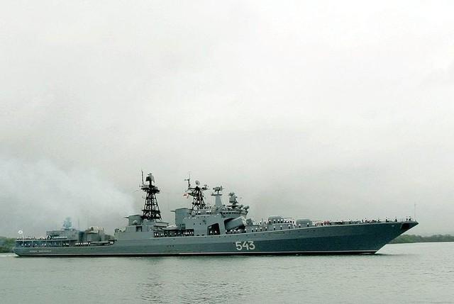 Dần đầu đoàn tàu chiến Nga là khu trục hạm chống ngầm Nguyên soái Shaposhnikov mang số hiệu 543