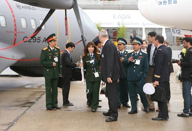 Đoàn đại biểu Quân đội Việt Nam tham quan máy bay C-295 AEW&C.