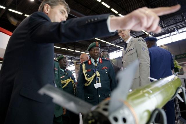 Các quan chức quân sự Tanzania xem một sản phẩm tên lửa.