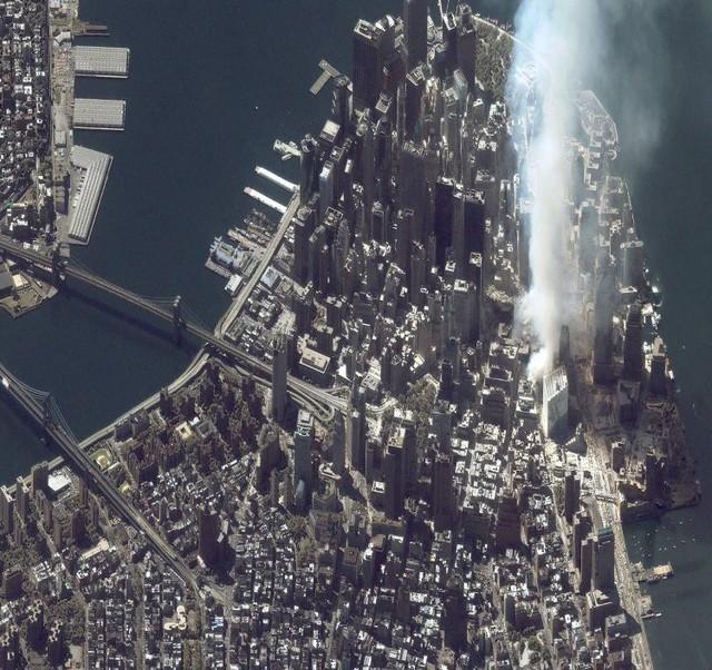 Hình ảnh chụp từ vệ tinh IKONOS cho thấy khu vực khói trắng chính là địa điểm mà Trung tâm thương mại thế giới WTC tọa lạc một thời.