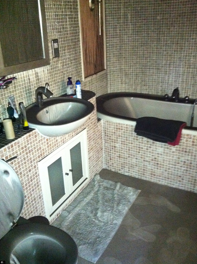Các thiệt hại khói tay vào phòng khác của ngôi nhà, để lại một lớp dày bồ hóng đen trên bức tường, sàn nhà và đồ đạc
