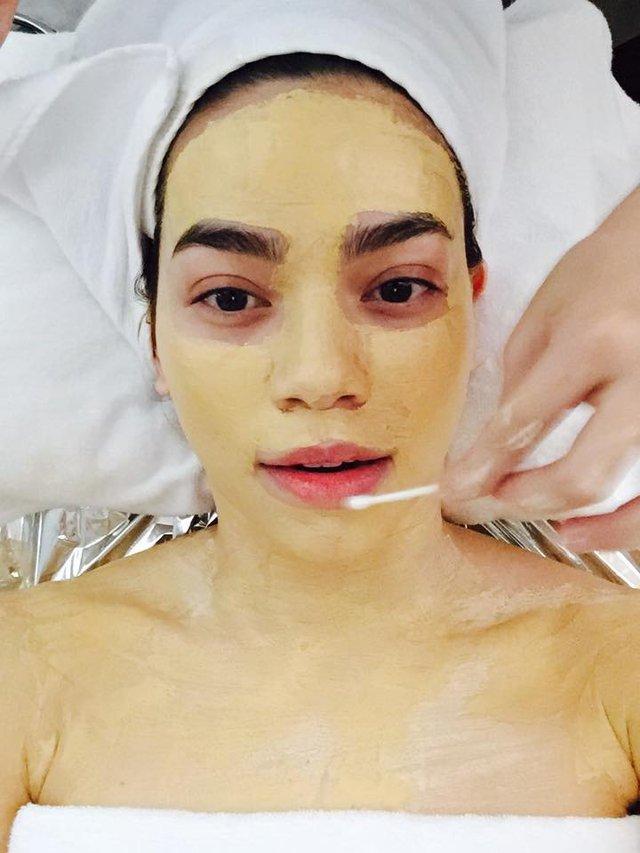 Hồ Ngọc Hà tự sướng rất nhiều trong lúc đắp mặt nạ vàng chăm sóc da.