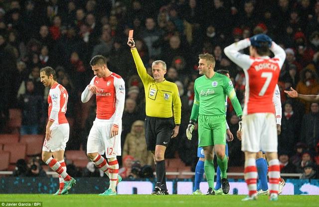 Hành động dại dột, Giroud lĩnh thẻ đỏ trực tiếp rời sân