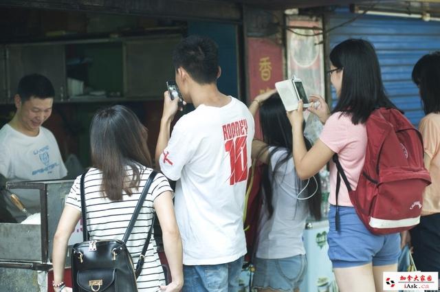 Nhiều người Trung Quốc tới chụp ảnh ông Shao