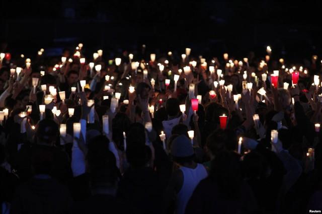 Mọi người tham gia buổi lễ thắp nến tượng niệm nạn nhân thiệt mạng trong vụ xả súng tại trường học Reynolds ở Troutdale, Oregon, Mỹ.